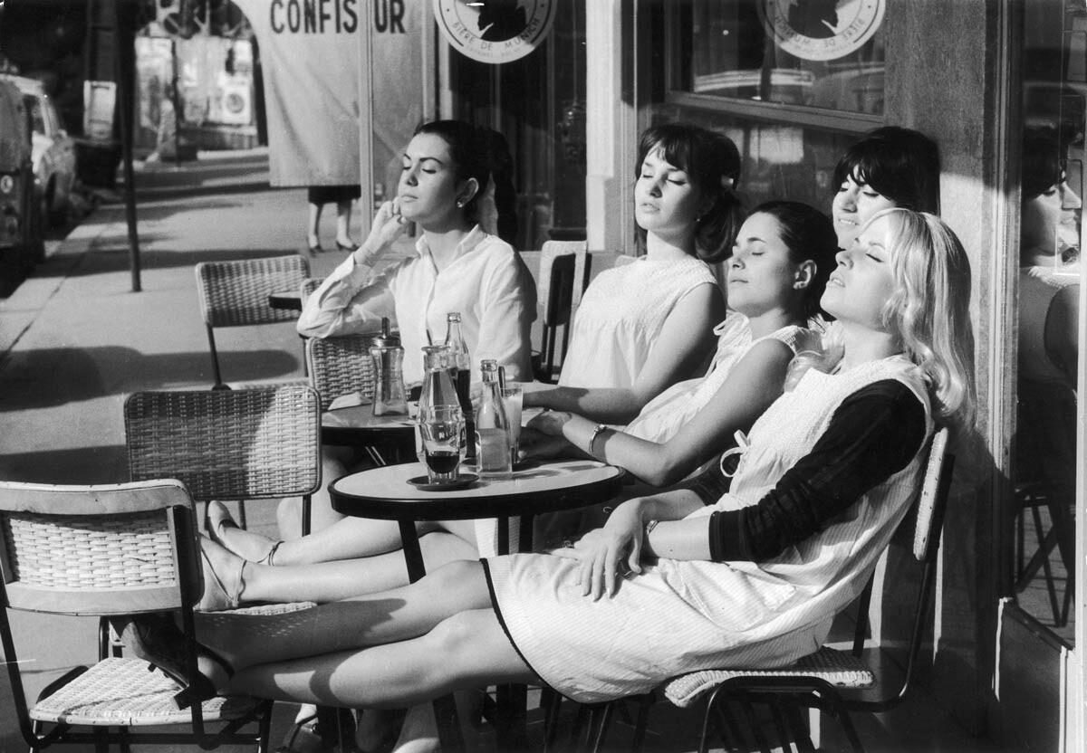 «Парикмахеры на солнышке». Париж, 1966. Фотограф Робер Дуано