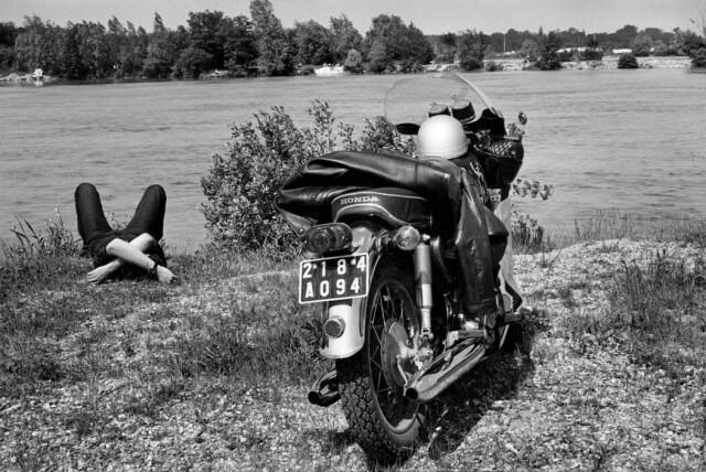 Мотоциклист. Река Луэн, Сена и Марна, 1969. Фотограф Анри Картье-Брессон