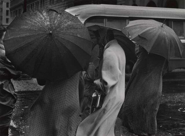 Под дождём в Сан-Франциско, 1955. Фотограф Пиркл Джонс