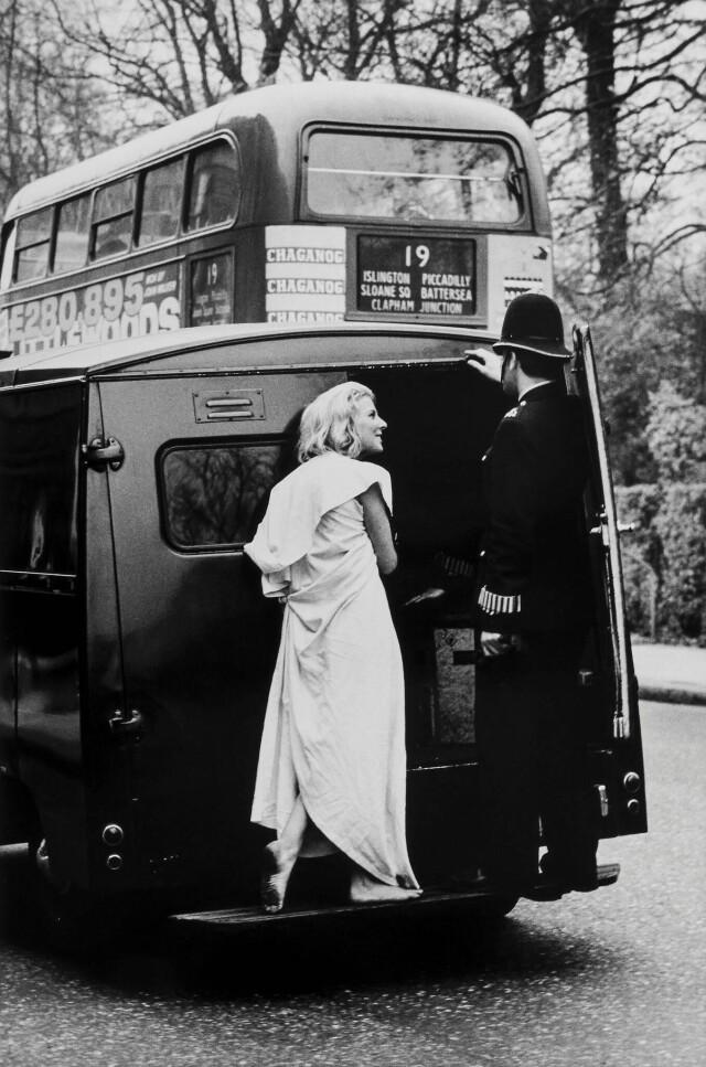 Девушка болтает с полицейским. Челси, Лондон, 1963. Фотограф Романо Каньони