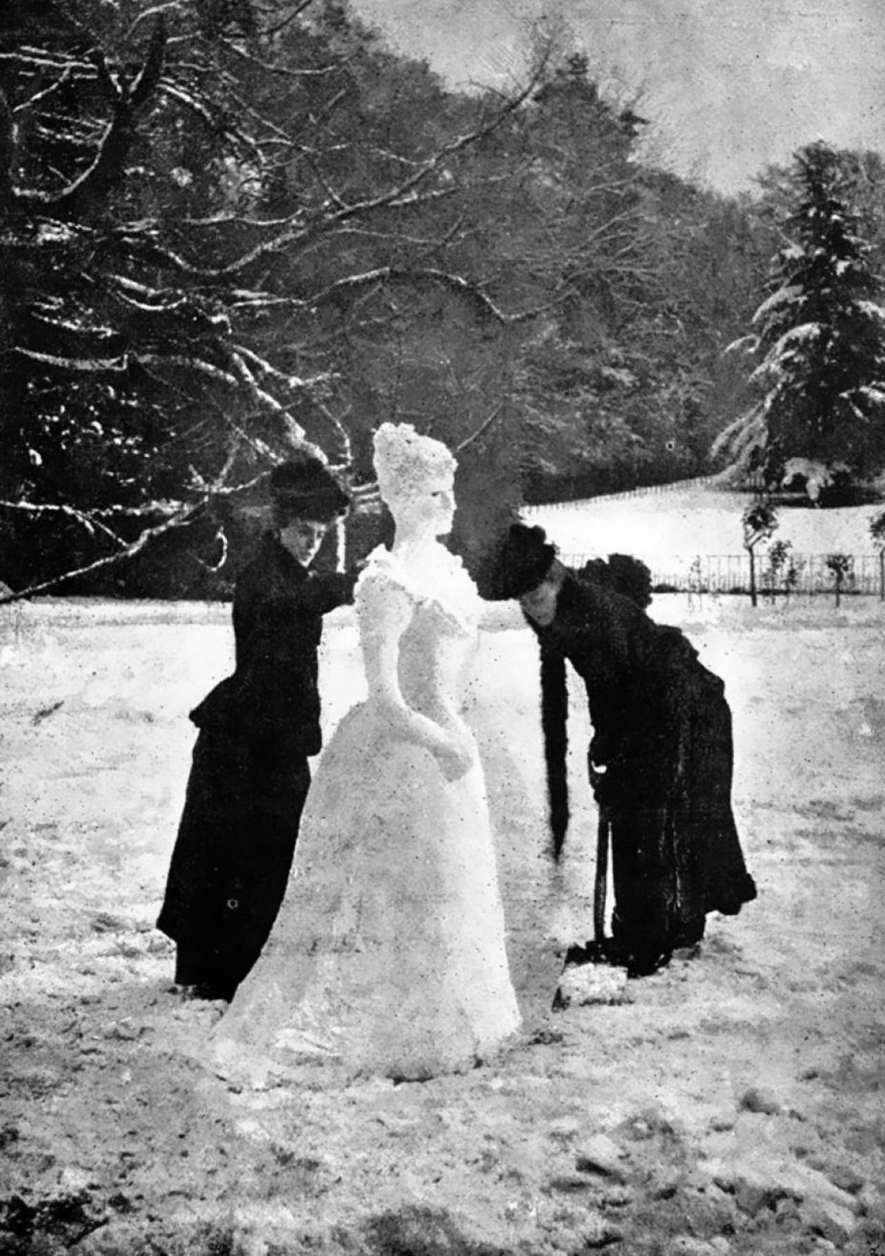 Две британки лепят викторианскую снежную леди, 1892 год