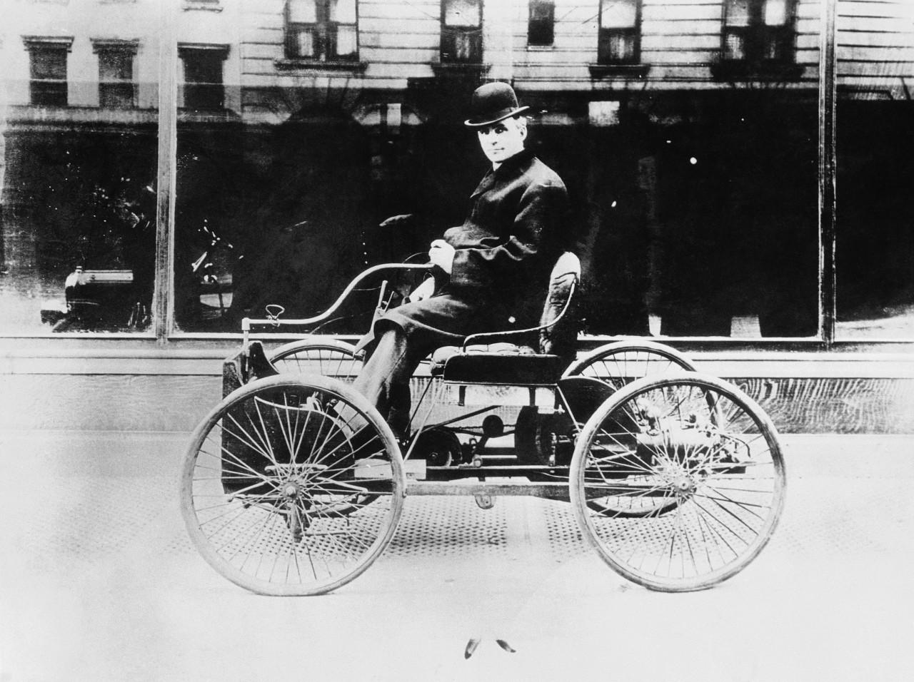 Генри Форд на первом автомобиле, который он создал, Мичиган, 1896