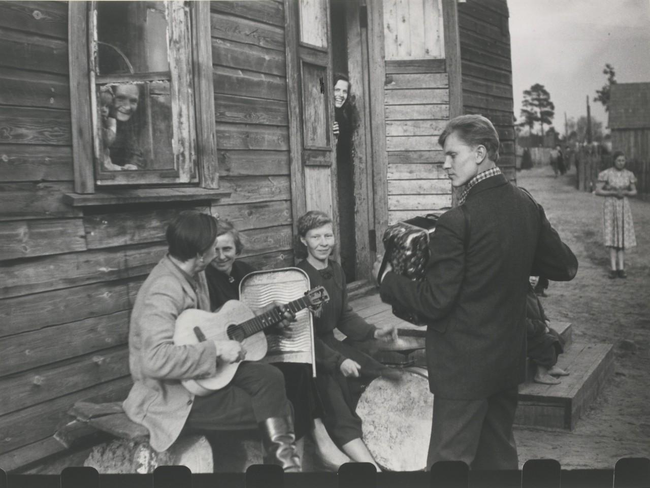 Воскресенье в рабочем поселке Литовская ССР, 1959. Фотограф Антанас Суткус