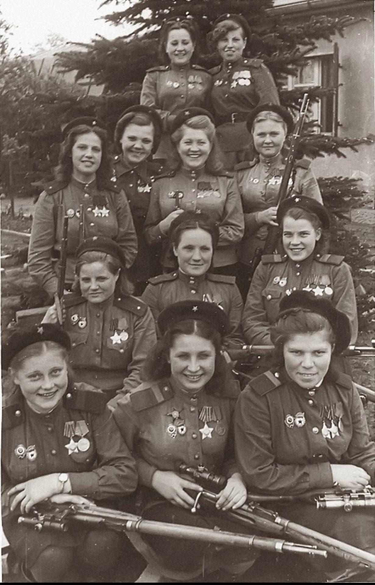 12 советских снайперов, подстреливших 775 немецких солдат во время Второй мировой войны, 1945