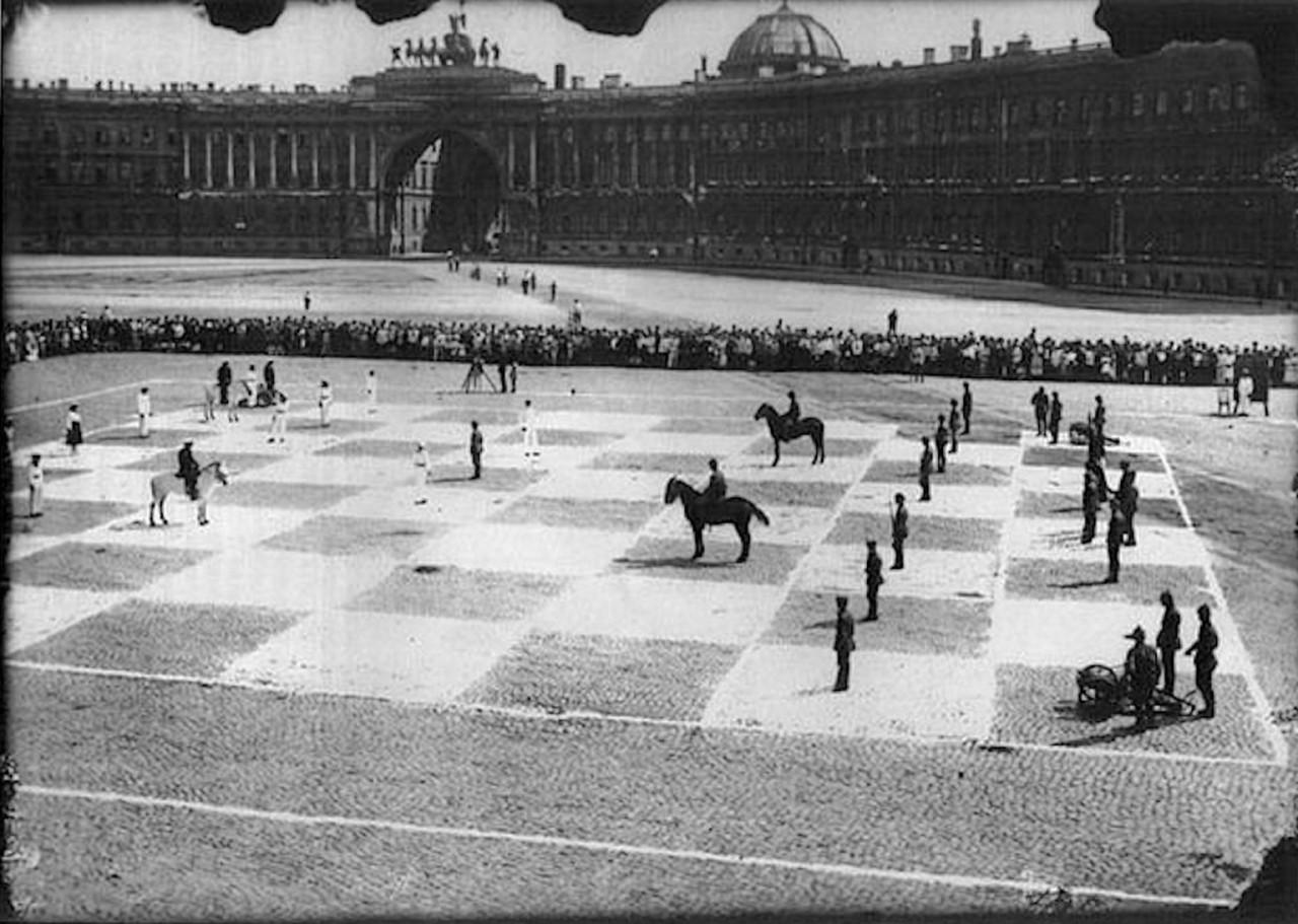 Пётр Романовский и Илья Рабинович играют в живые шахматы на Дворцовой площади, Ленинград, 1924