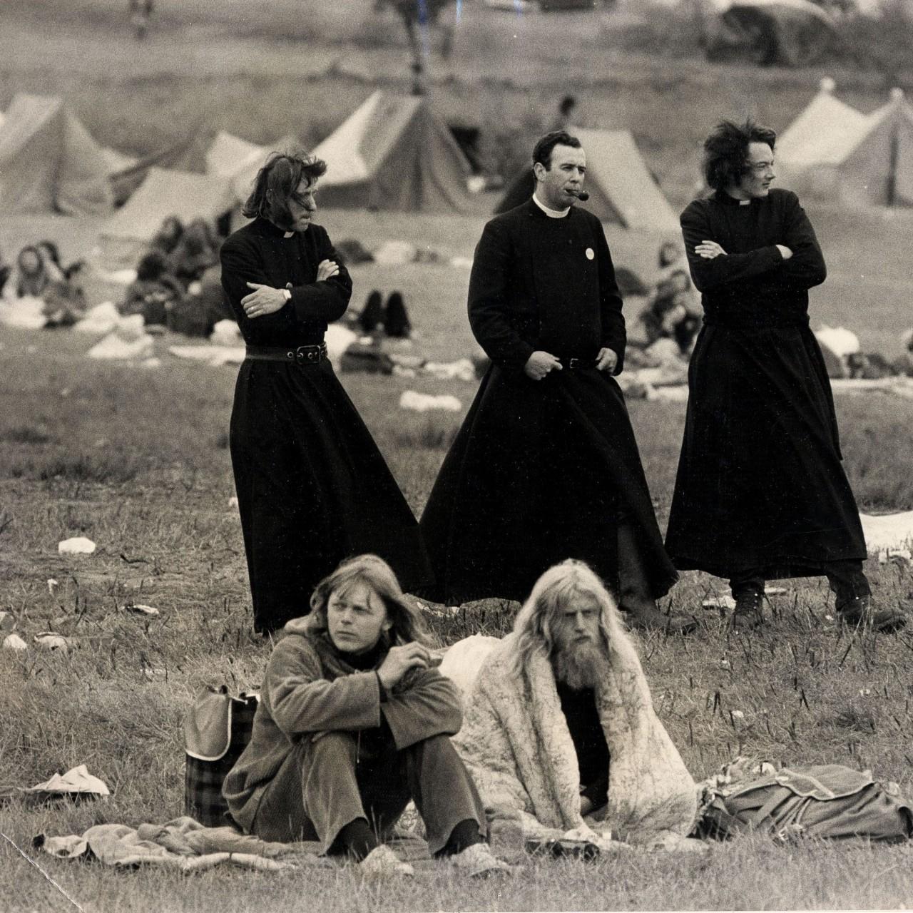 Священники и хиппи на фестивале в Гластонбери, 1971 год