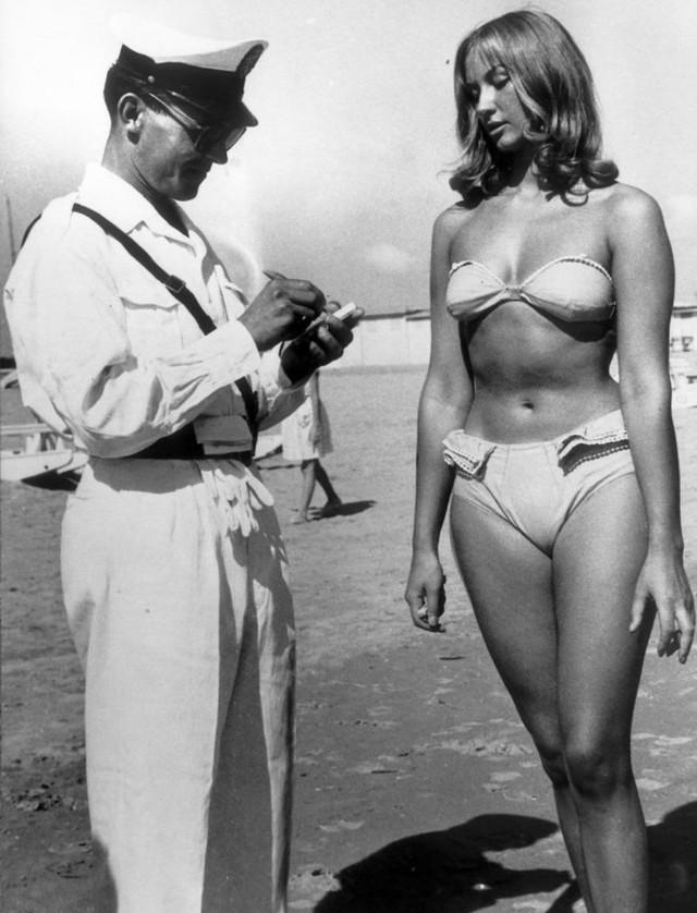 Полицейский выписывает штраф за ношение бикини на пляже в Римини, Италия, 1957