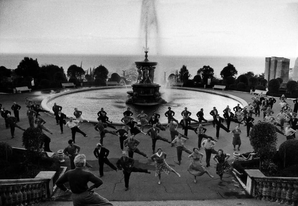 Спорт для всех. Утренняя зарядка в Сочи, 1962. Фотограф Роберт Лебек