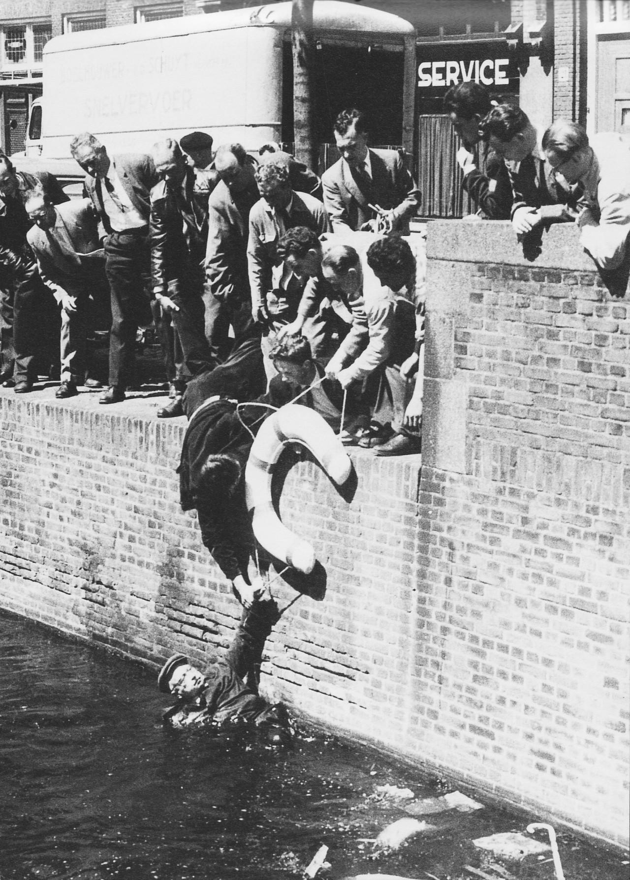 Спасение слепого человека, упавшего в канал. Гаага, Нидерланды, 1957. Фотограф Саймон Э. Смит