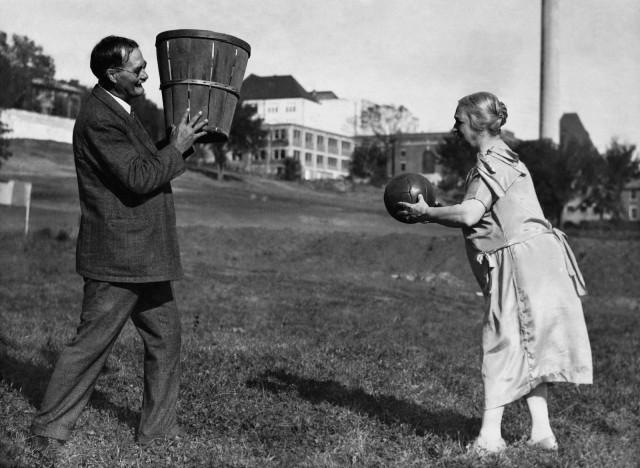 Создатель баскетбола Джеймс Нейсмит с женой, Канзас, 1928