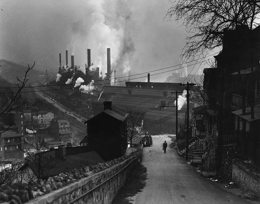 Жилые дома и сталелитейные заводы в Питтсбурге, штат Пенсильвания, 1949. Фотографы Джон Э. Флетчер и Энтони Б. Стюарт