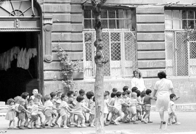 Детский сад на прогулке. Баку, Азербайджан, 1962. Фотограф Игорь Пальмин