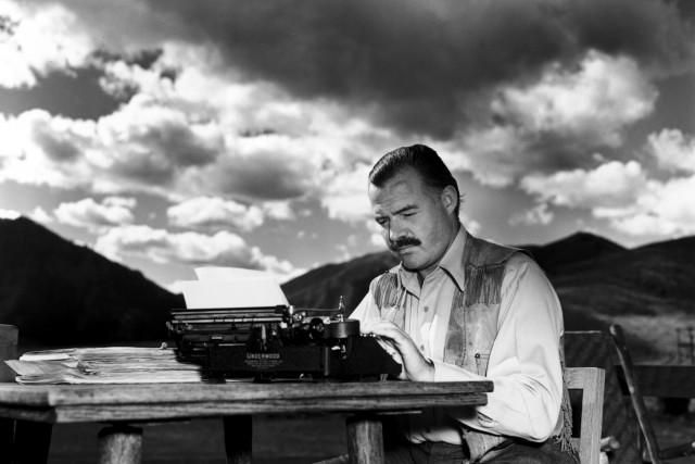 Эрнест Хемингуэй за пишущей машинкой, 1939. Фотограф Ллойд Арнольд