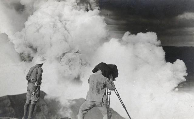 Фотограф и геолог наблюдают за активностью вулкана Тааль на Филиппинах, апрель 1912 года