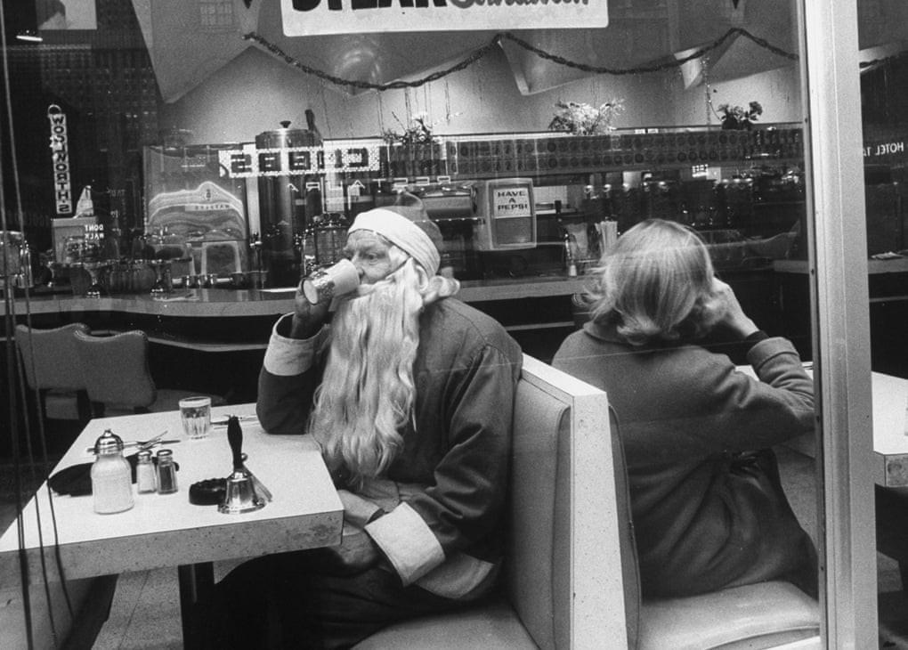 Санта делает перерыв на кофе, Нью-Йорк, декабрь 1962 года. Фотограф Леонард МакКомб