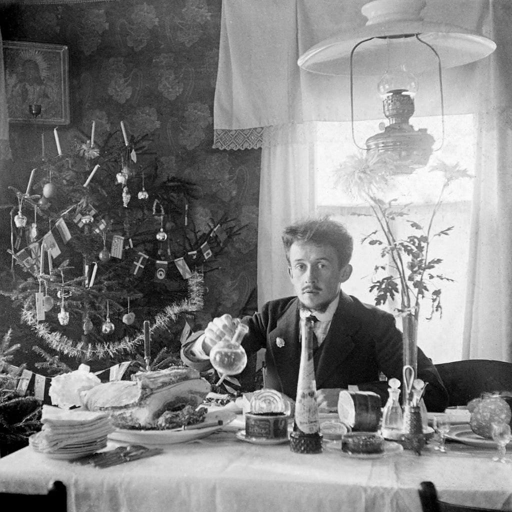 Автопортрет у рождественской ёлки хирурга и фотографа-любителя Георгия Несытова. Ярославль, начало 1910-х