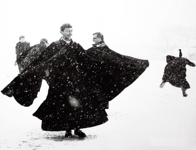 Семинаристы играют в снежки. Сенигаллия, начало 1960-х. Фотограф Марио Джакомелли