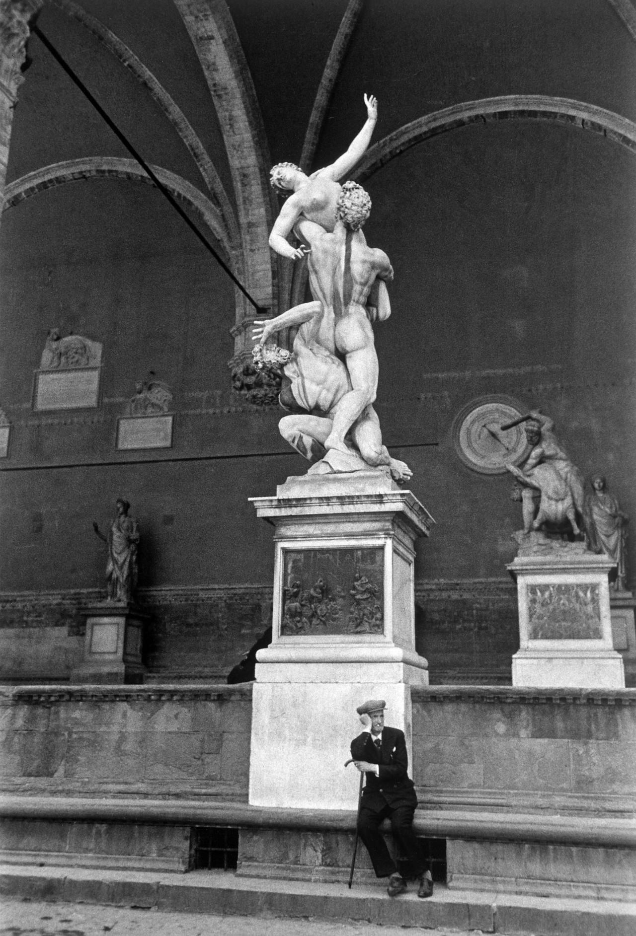 Скульптура Джамболоньи «Похищение сабинянок» (1583). Лоджия Ланци, Флоренция, 1940. Фотограф Карл Миданс
