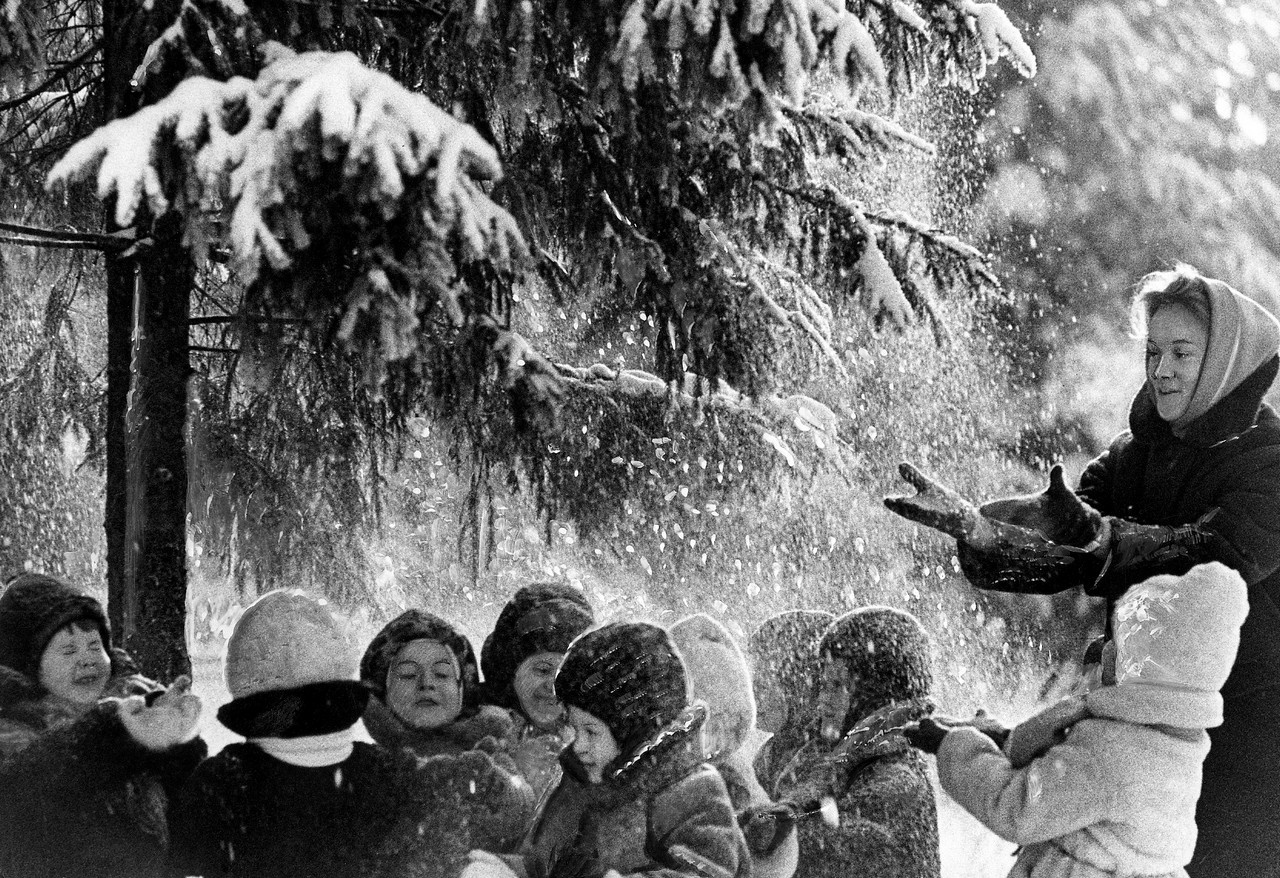 «Снежный душ», 1960. Фотограф Лев Бородулин