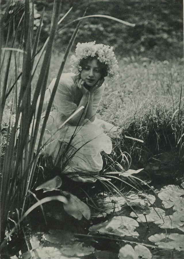Молодая женщина у пруда с лилиями, ок. 1903. Фотограф Констан Пюйо