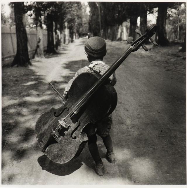 Мальчик с виолончелью, Балатон, Венгрия, 1931. Фотограф Ева Бёсне