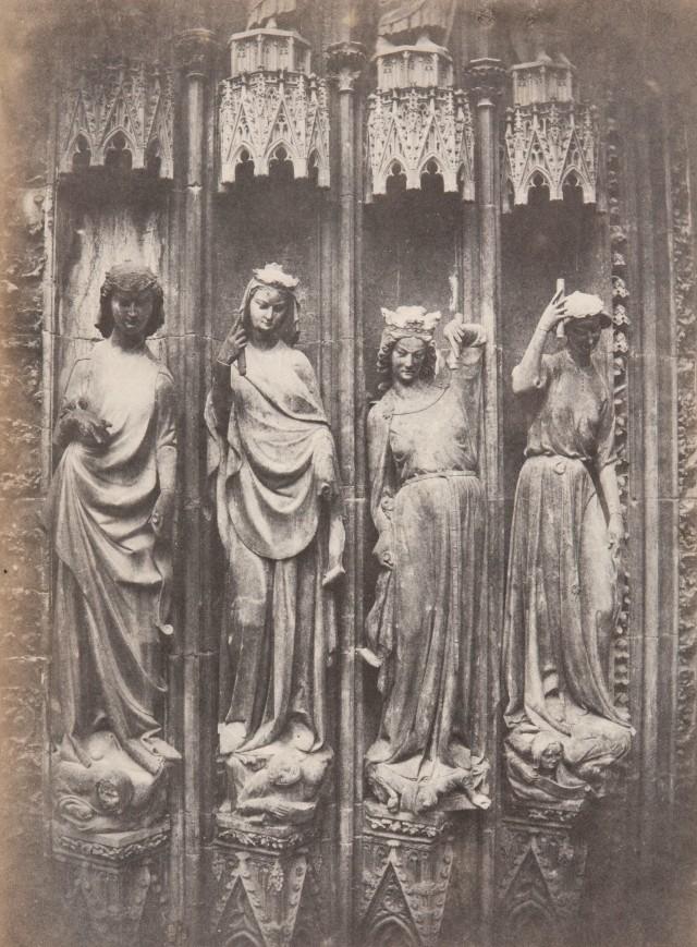 Фигуры великолепного портала Страсбургского собора (добродетели, попирающие пороки), 1852. Фотограф Шарль Марвиль
