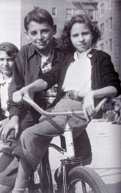 Барбра Стрейзанд с братом Шелдоном в Бруклине, Нью-Йорк, 1952
