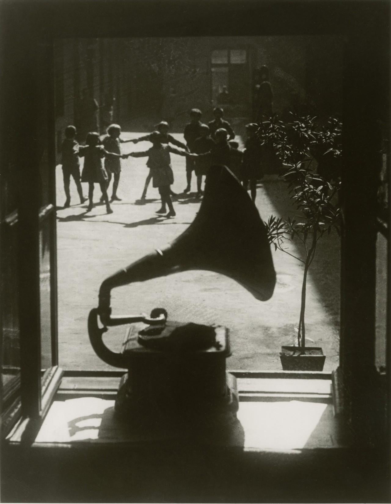 Граммофон, 1923. Фотограф Мартин Мункачи