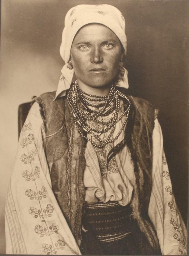 Портрет эммигрантки (предположительно украинки) на острове Эллис, Нью-Йорк, 1906. Фотограф Август Ф. Шерман