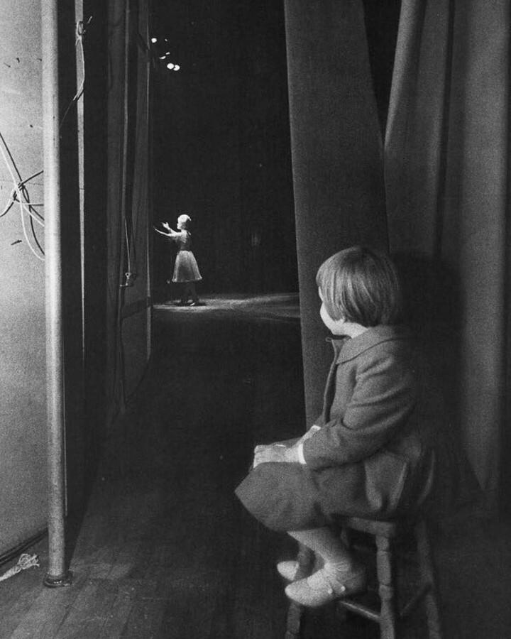 Шестилетняя Кэрри Фишер наблюдает, как её мать Дебби Рейнольдс выступает в отеле «Ривьера», Лас-Вегас, 1963. Фотограф Лоуренс Шиллер