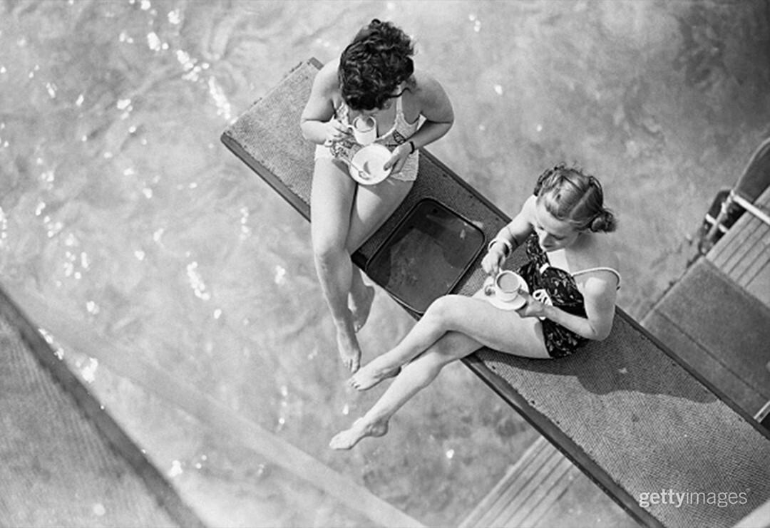 Чаепитие на трамплине у бассейна под открытым небом, Финчли, Лондон, май 1938 года