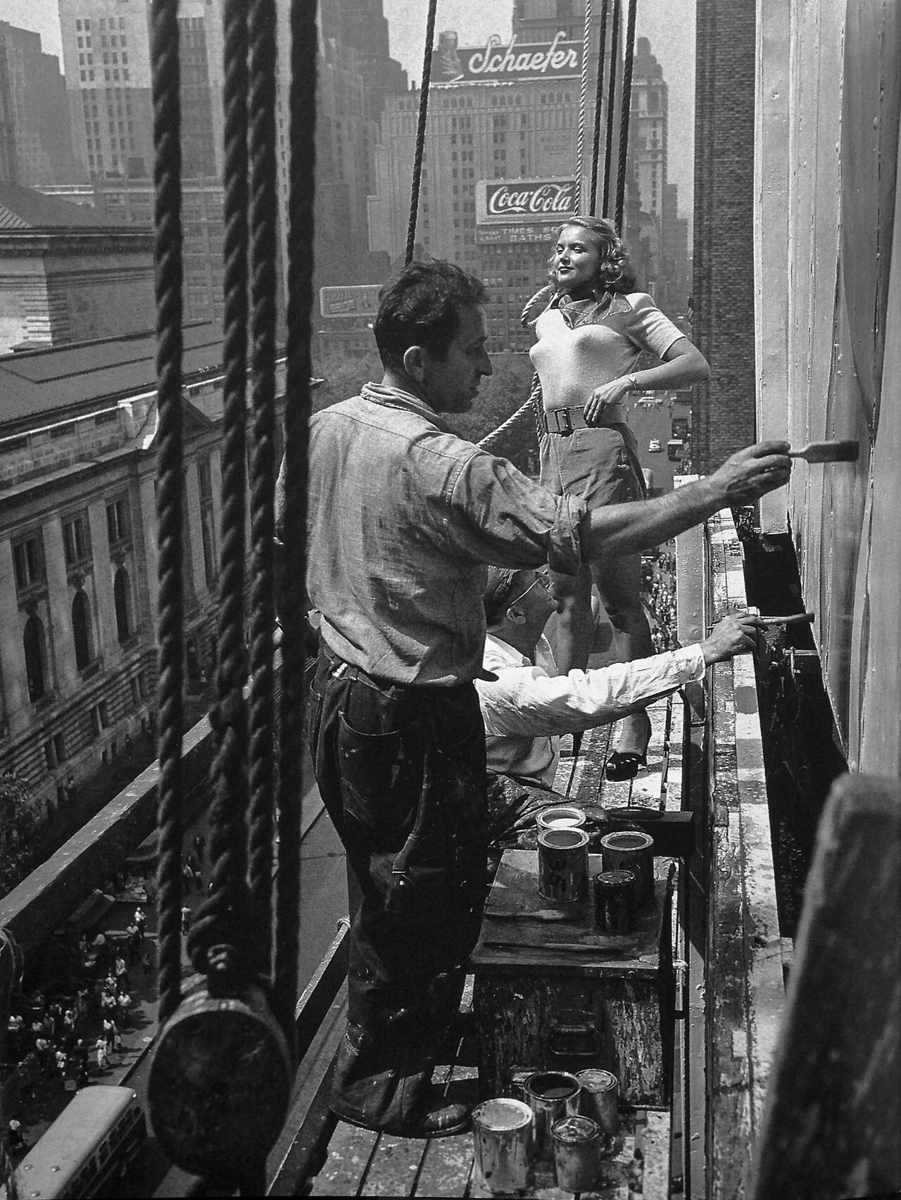 Натурщица и художники. Работа над рекламным щитом, Нью-Йорк, 1947. Фотограф Фрэнк Бауман