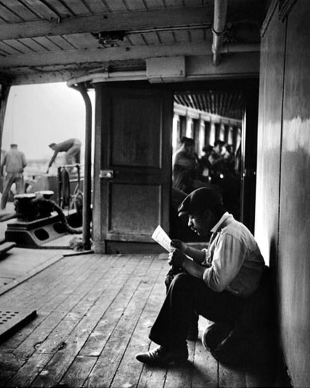 Чтение письма на пароме. Стамбул, 1963. Фотограф Ара Гюлер