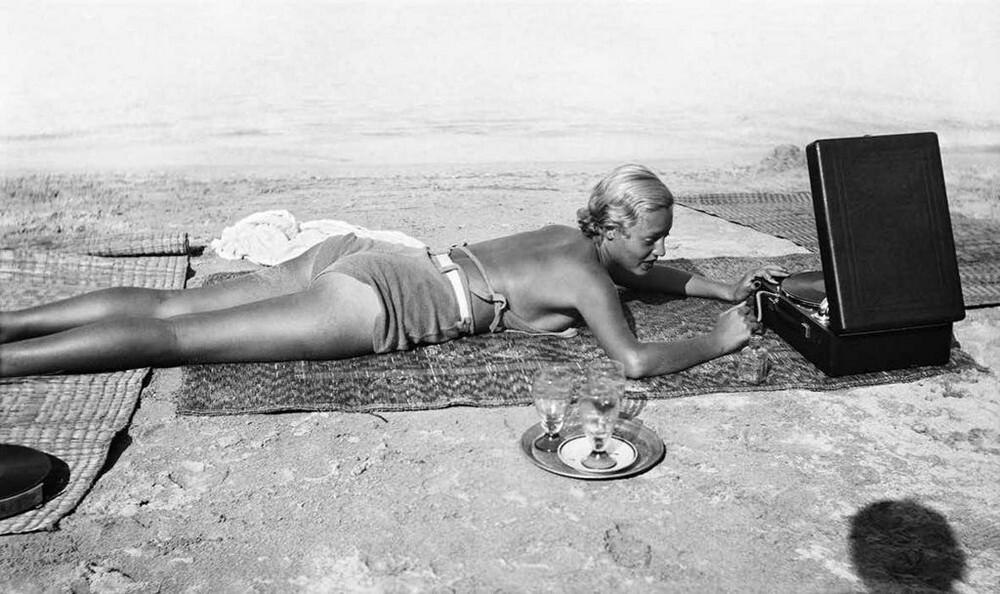 На пляже с музыкой. Мыс Антиб, 1932. Фотограф Жак Анри Лартиг