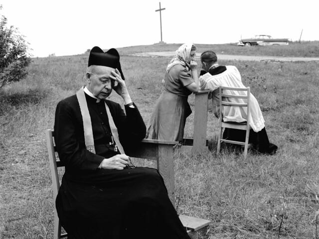 Священники-иезуиты принимают исповеди недалеко от Мидленда, Онтарио, Канада, ок. 1955 года