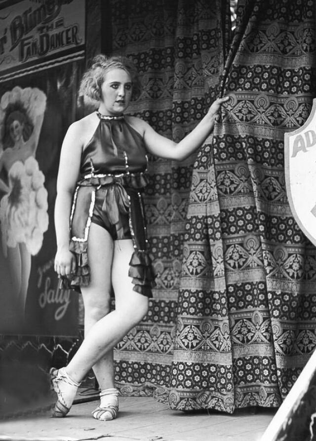 Танцовщица на ярмарке в Хампстед-Хит, Лондон, 1934. Фотограф Вольфганг Сушицки