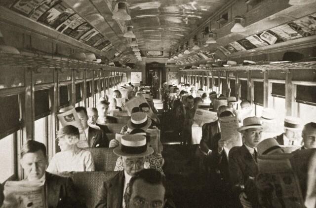 Пассажиры в Нью-Йорке читают газеты по пути на работу, ок. 1920