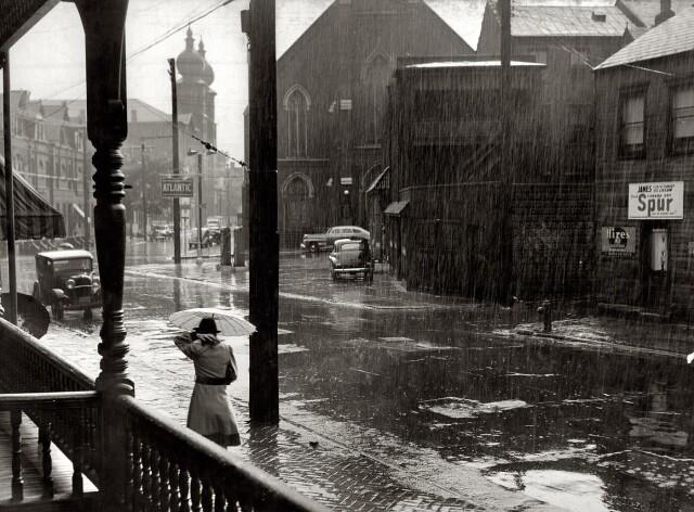 Дождь в  Питтсбурге, Пенсильвания, ок. 1941. Фотограф Джон Вашон