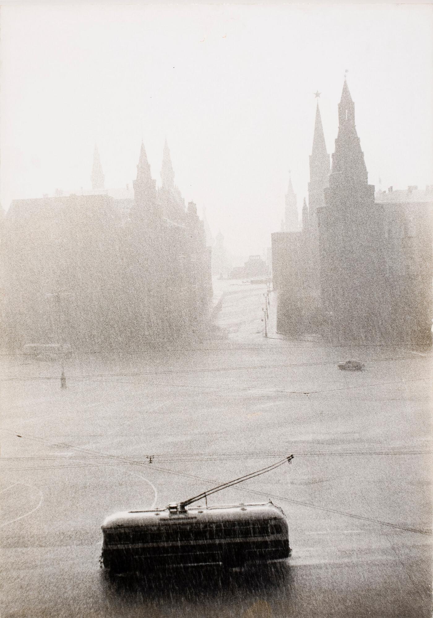 Ливень в Москве, 1956. Фотограф Лиза Ларсен