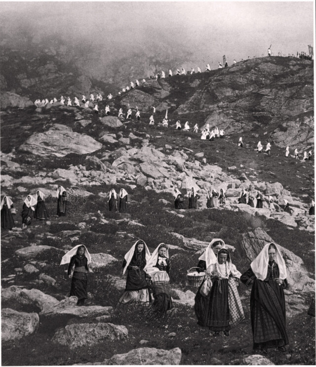 Шествие от церковно-монастырского комплекса в Альпах, Италия, 1920-е годы. Фотограф Альберто Мария де Агостини