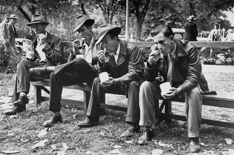 Мужчины с мороженым на ярмарке в Айове, 1952. Фотограф Леонард Маккомб