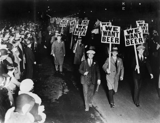 «Мы хотим пива». Члены профсоюза против сухого закона. Ньюарк, штат Нью-Джерси, октябрь 1931 года