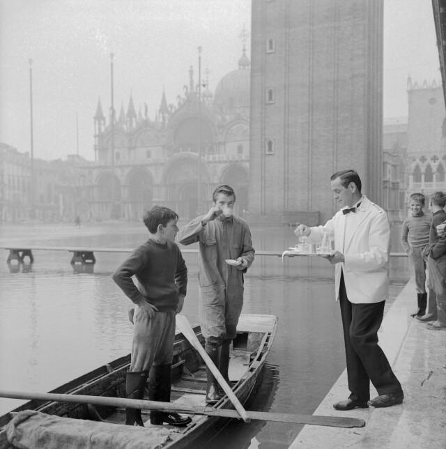 Венецианское кафе «Флориан» подаёт кофе на затопленной площади Сан-Марко, 1963