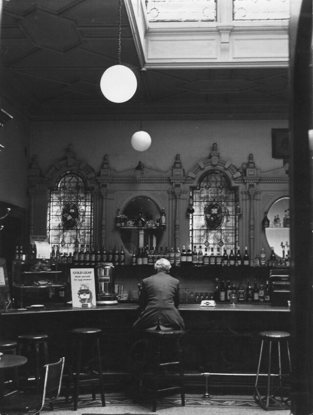 Бар отеля Grosvenor возле железнодорожного вокзала Вестленд Роу, Дублин, 1963. Фотограф Эдвард Куинн