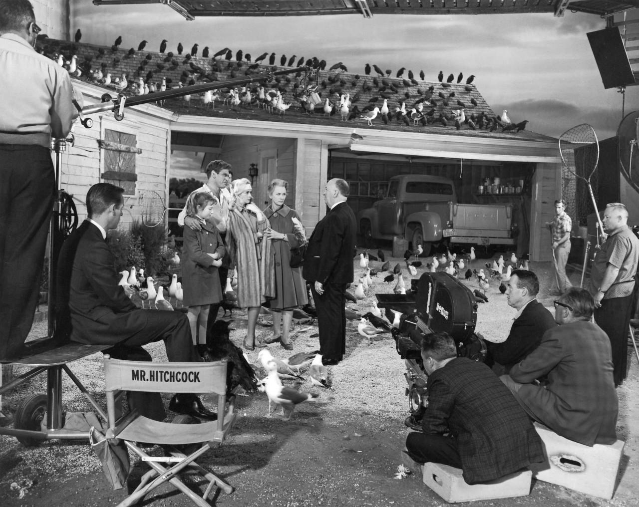 Альфред Хичкок с актёрами на съёмках кинофильма «Птицы», 1963