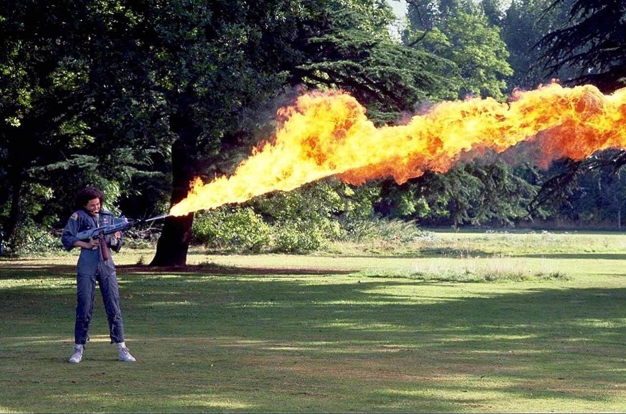 Сигурни Уивер тестирует огнемёт на съёмках «Чужого», 1978