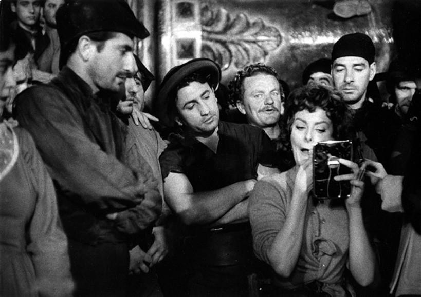 Софи Лорен на съёмках фильма «Гордость и страсть», 1957. Фотограф Эрнст Хаас