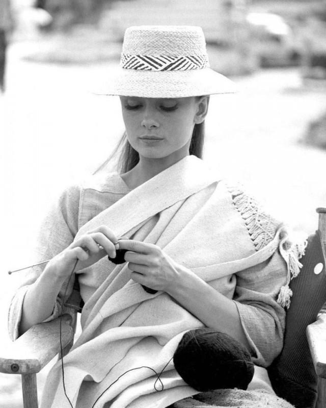 Одри Хепбёрн вяжет на съёмочной площадке вестерна «Непрощённая», Мексика, 1960
