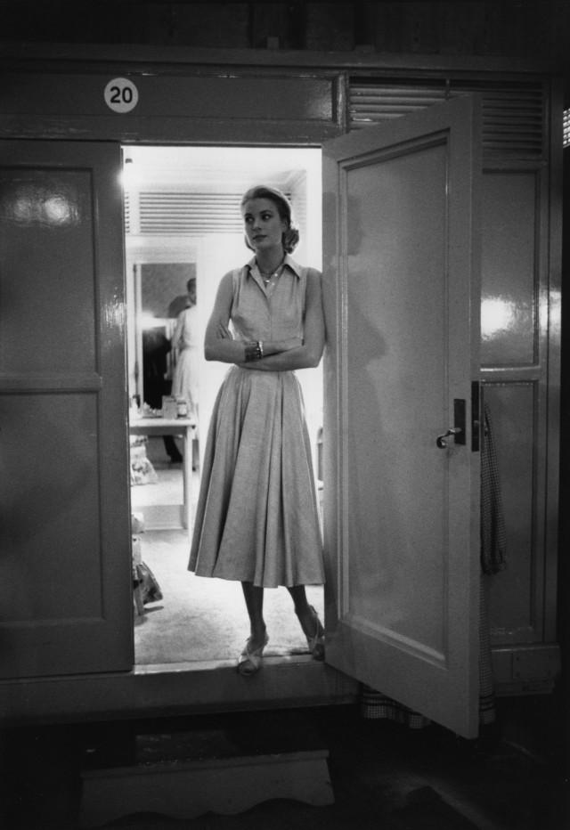 Грейс Келли в гримерном трейлере на съёмках «Высшего общества», Голливуд, 1956. Фотограф Деннис Сток