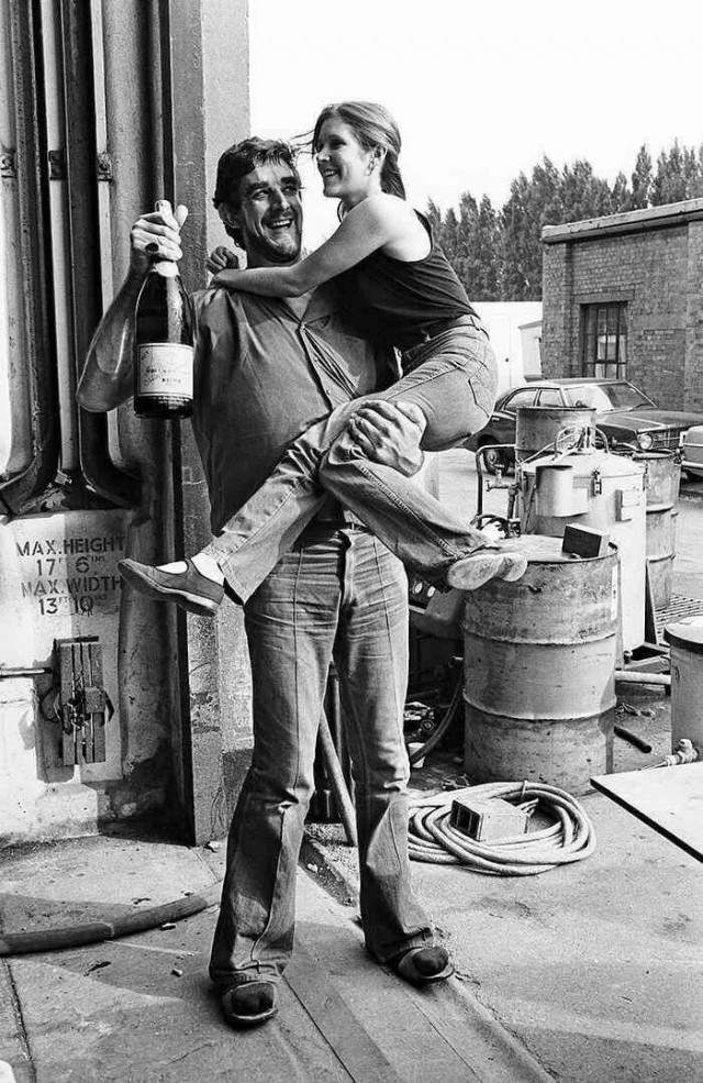 Питер Мейхью и Кэрри Фишер (или Чубакка и Лея Органа) за съёмочной площадкой, 1970-е